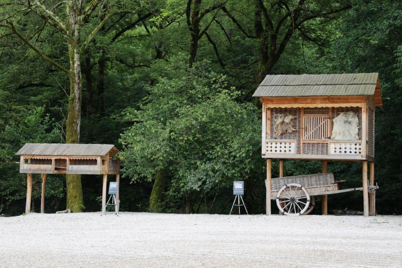 Руководство этнопарка уделяет большое значение аутентичности всех строений на территории парка, их подлинности. На фото: акутыцра (курятник) и аца (хранилище для кукурузы).