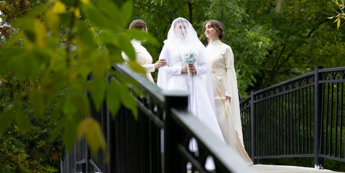 Запоминающейся и зрелищной была импровизация абхазской свадьбы. Невесту «завели в дом» по всем традициям и обычаям