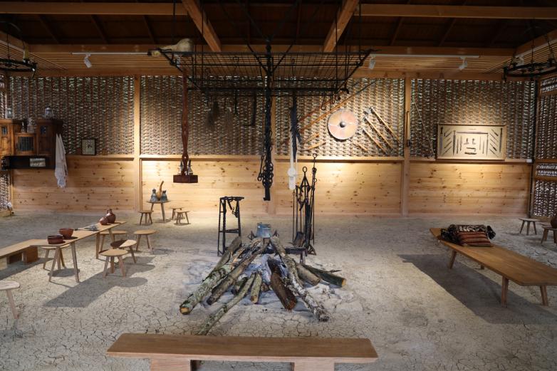А вот как выглядит апацха изнутри. Она представляет собой тип плетенного жилища с навесом, украшенным резьбой. Колья раньше делали из дуба и орешника, для плетения употребляли прутья из рододендрона, азалии. В центре апацхи – очаг и очажная цепь.