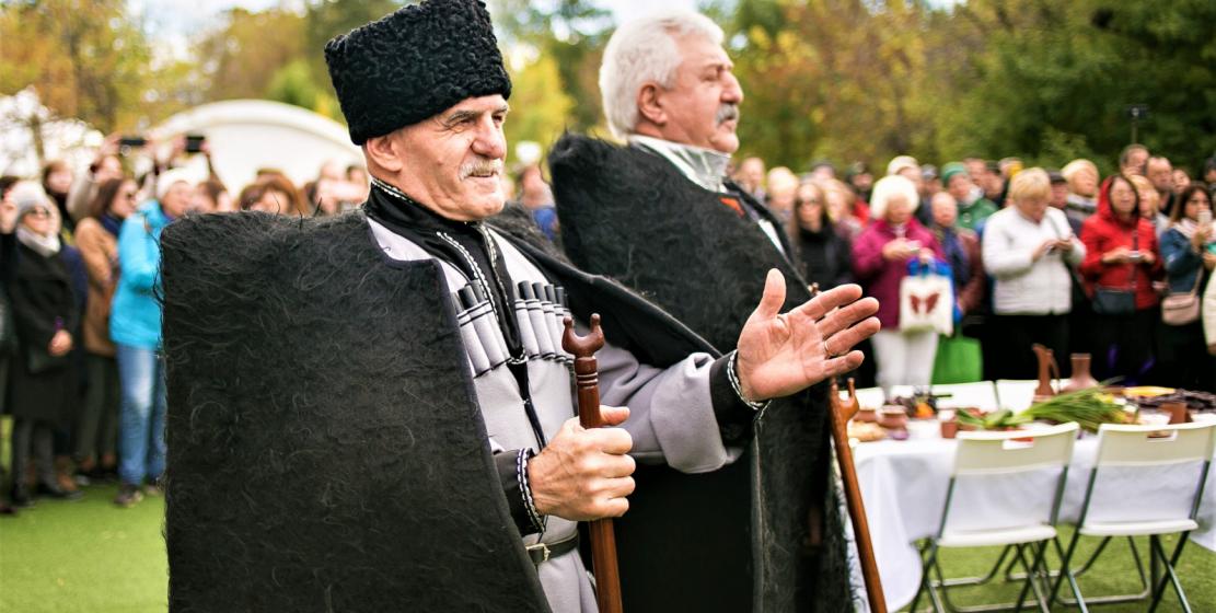 По традиции свадебное торжество сопровождалось тостами старейшин, пожеланиями мира и добра