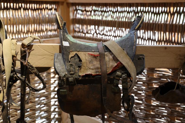 Абхазы всегда с особым почтением относились к животным. На фото – пример того, как абхазы традиционно хранили седла для лошадей.