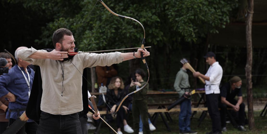 На фото: лучник Адамур Аршба. Адамур занимается стрельбой из лука около года. Мастер по дереву, он сам смастерил профессиональный лук для стрельбы.
