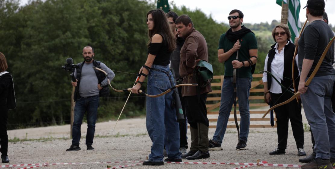 Участники ежегодного турнира лучников готовятся к старту.