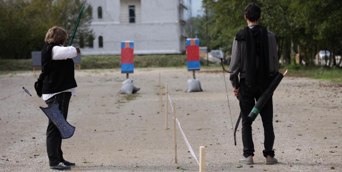 Участники турнира целятся в так называемую абхазскую мишень, которая напоминает силуэт человека. За попадание в «голову» дают 15 очков, в «торс» - 10 очков, слева или справа от «головы» – по два очка, «ниже пояса» – пять очков.