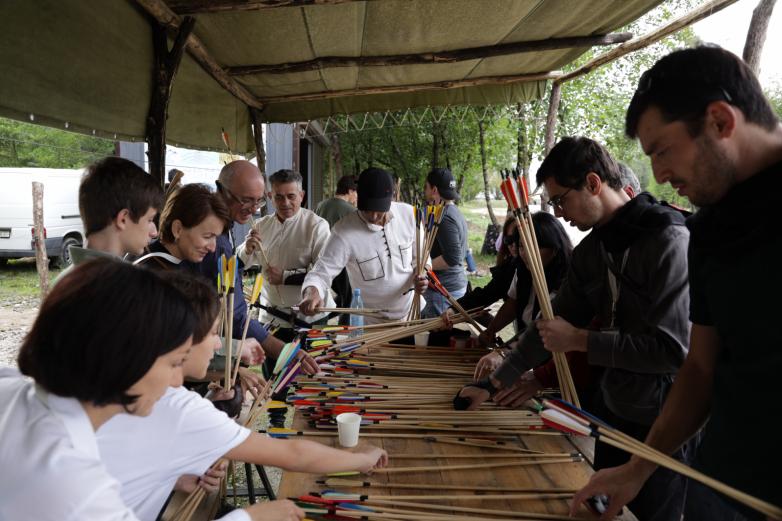 Участники турнира во время одного из перерывов пересчитывают стрелы.