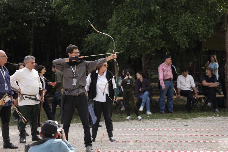 На фото: Даут Логуа целится в абхазскую мишень.