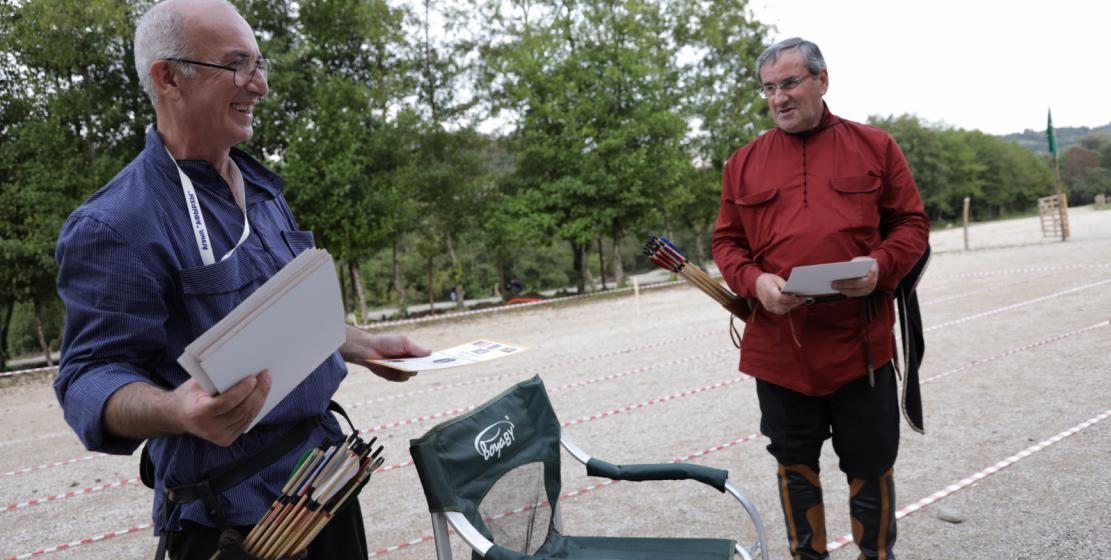 Сооснователи сообщества абхазских лучников «Афырхы» Батал Джапуа и Адгур Какоба вручают дипломы участникам турнира.