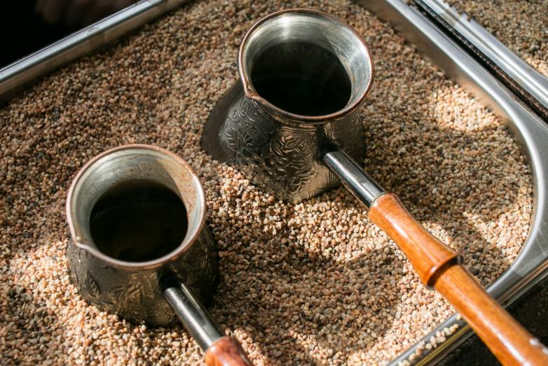 В импровизированной московской «Брехаловке» гостей угощали кофе по-восточному, приготовленным на песке