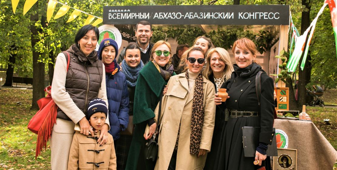 Гости павильона Всемирного абхазо-абазинского конгресса на фестивале «Апсны» в Москве в парке «Красная Пресня»