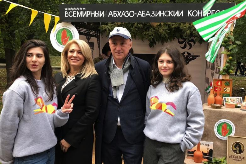 Глава Московской абхазской диаспоры Беслан Агрба посетил павильон Конгресса на фестивале «Апсны» в Москве