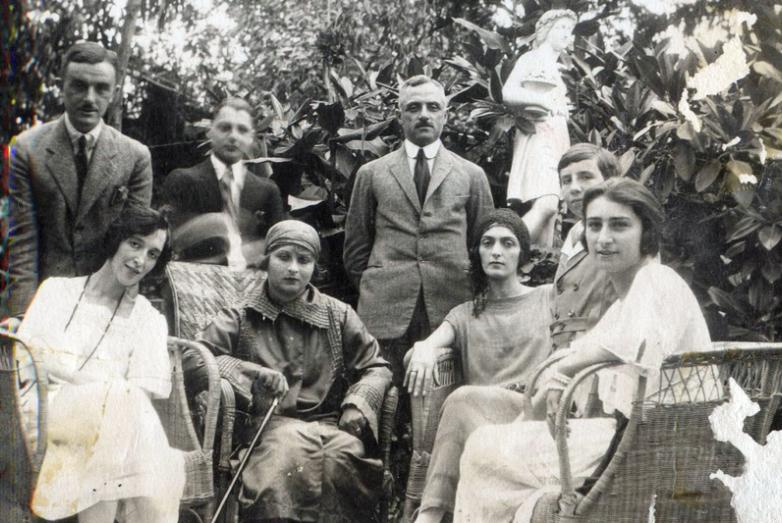 Княжна Мери Шервашидзе-третья справа