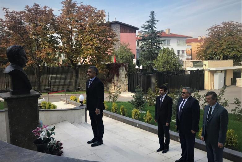 Возложение цветов к мемориалу Чрезвычайного и Полномочного посла России в Турции Андрея Карлова