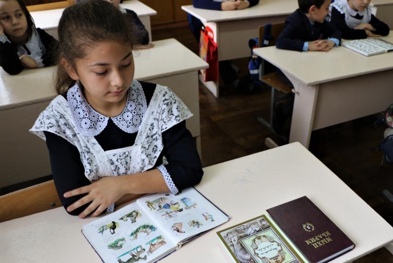 Ученица начальной школы в Адыге-Хабле на кружке абазинского языка