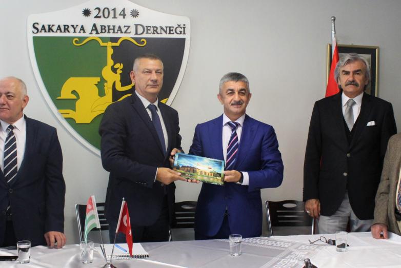 Экзеков пожертвовал 15 тысяч долларов на абхазский культурный центр в Турции