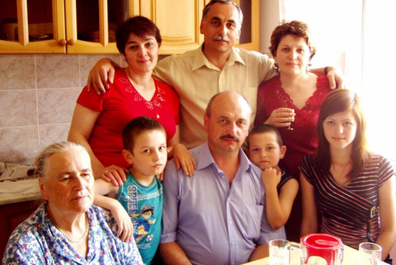 Петр Чекалов с женой Ларисой (стоит слева) и дочерью Наташей (сидит справа) в гостях у младшего брата Георгия