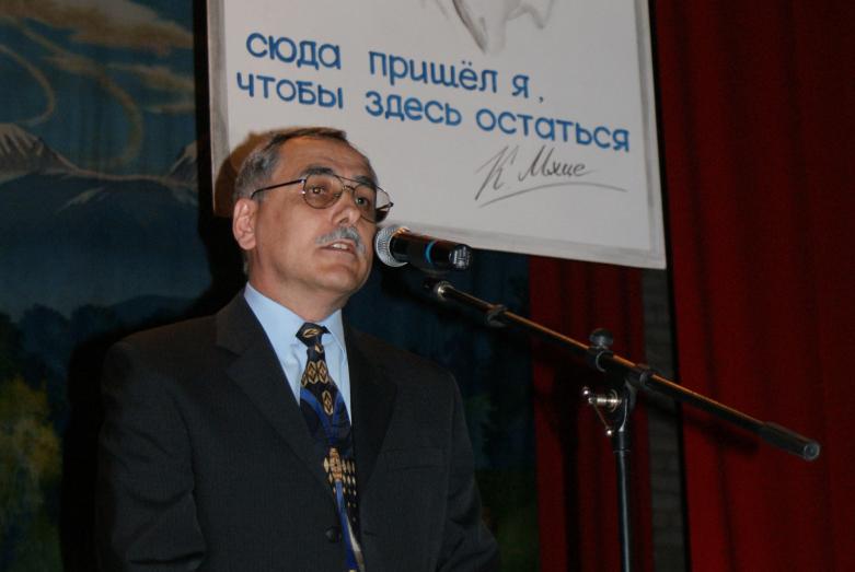 Петр Чекалов выступает на вечере, посвященном 60-летию Керима Мхце