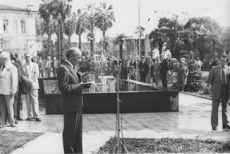 Шалва Инал-Ипа во время выступления при закладке камня на месте установки памятника Нестору Лакоба