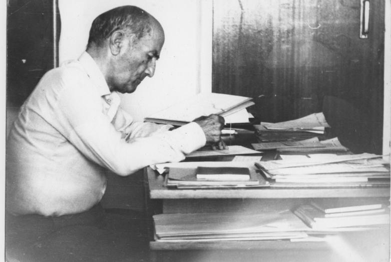 Шалва Инал-Ипа за своим письменным столом в рабочем кабинете АбНИИ языка, истории и литературы им. Д. Гулиа