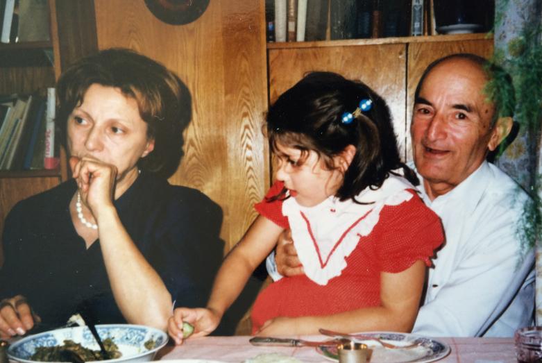 Шалва Денисович в кругу семьи с внучкой Наалой