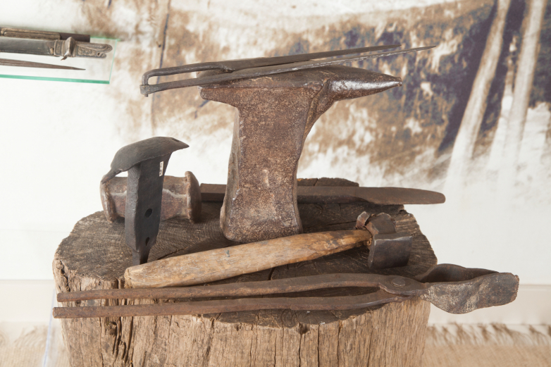 Iron solid anvil, tongs, hammer, iron sheath for hardening the blade checkers