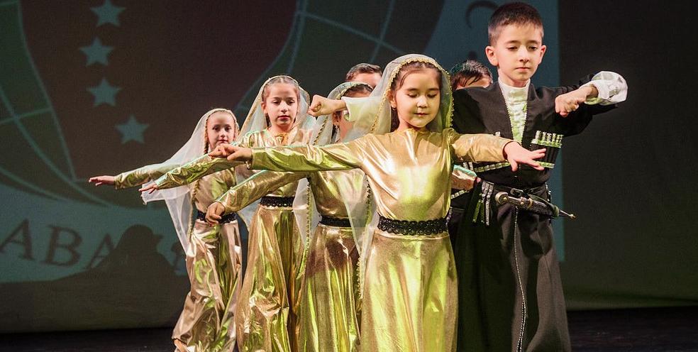 Национальные танцы в исполнении детей – участников праздничного концерта