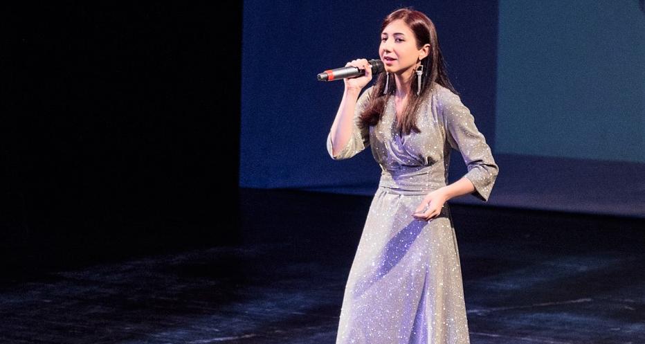 На фото ведущая мероприятия Лина Экзекова во время исполнения песни на абазинском языке