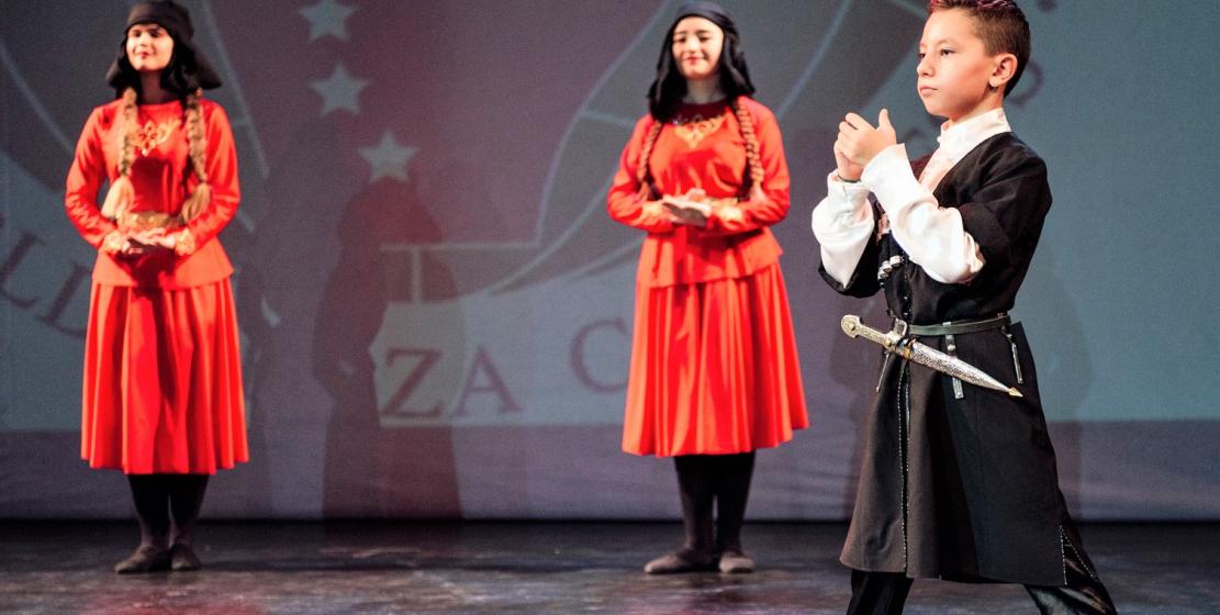 Танцевальный номер в исполнении ансамбля «Нарт»