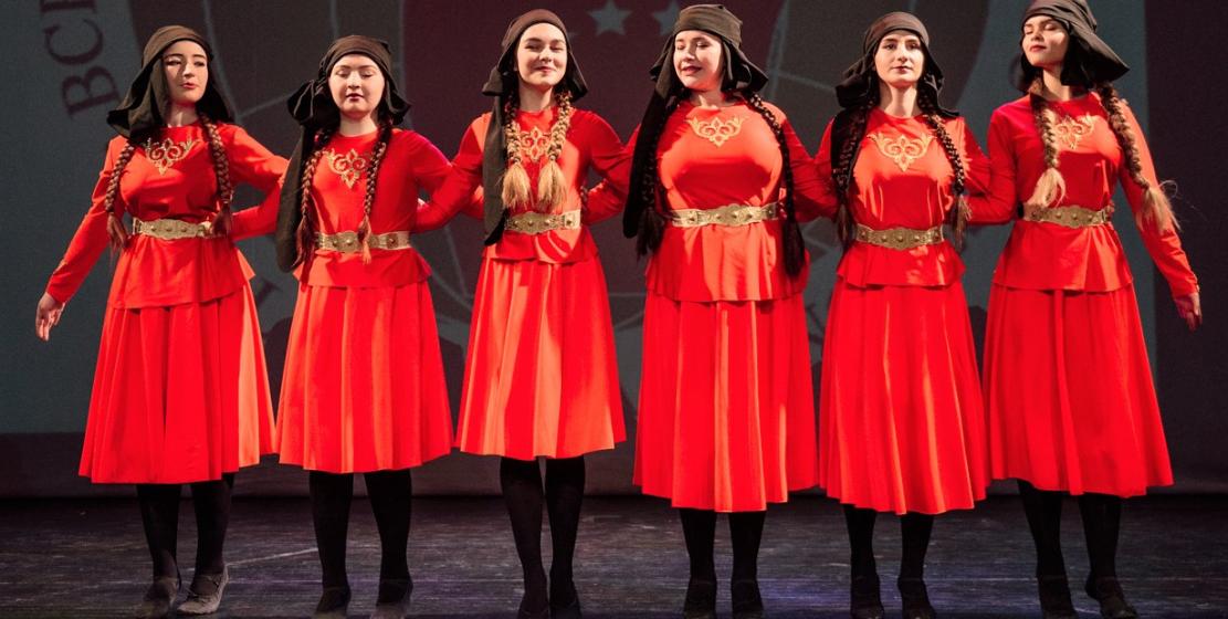 Девичий национальный танец в исполнении участниц ансамбля «Нарт»