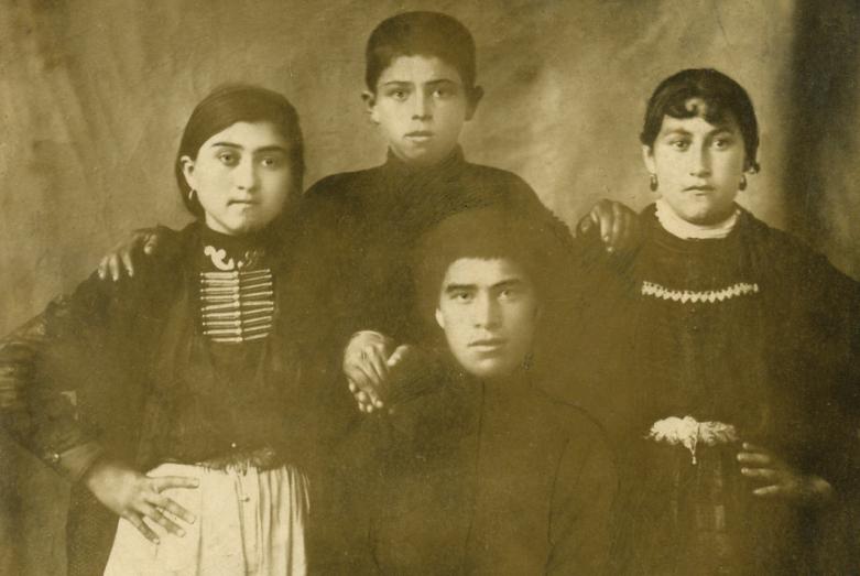 Зули Ерижева-первая слева-с семьей, 1920-1930-е годы