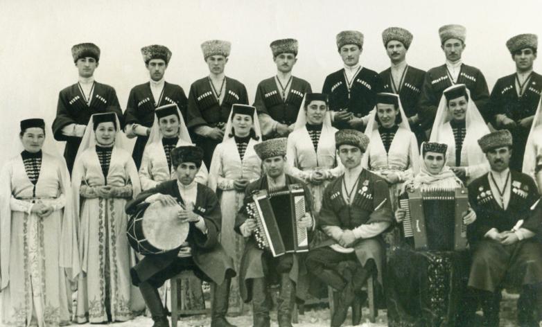 Зули Ерижева (вторая справа в первом ряду), ее сын Георгий Дзыба в составе Государственного ансамбля песни и танца Карачаево-Черкесской Автономной Области, 1950-е годы