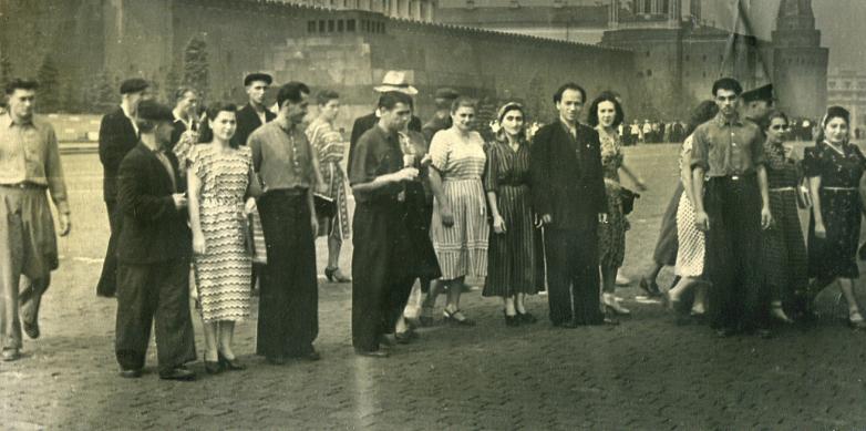 Зули Ерижева с коллегами на Красной площади, Москва, 1950-е годы
