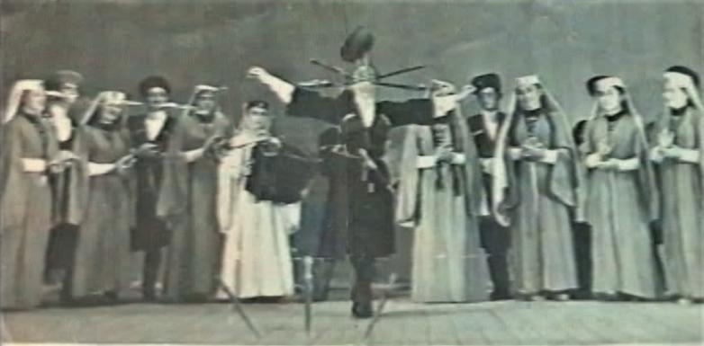 Танец с кинжалами, аккомпанирует Зули Ерижева