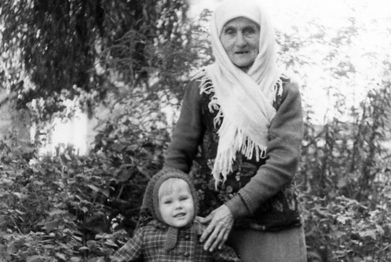 Зули Ерижева с внучкой, 80-е годы