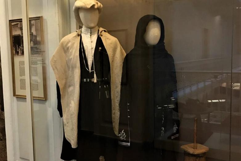 Экспонаты выставки – абазинские национальные мужской и женский костюмы