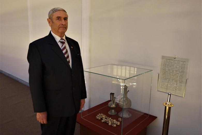 Мухамед Туков у экспонатов выставки истории и быта абазин в Российском этнографическом музее