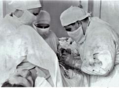 عام 1954. في مستشفى كوفا خلال إجراء العملية الجراحية