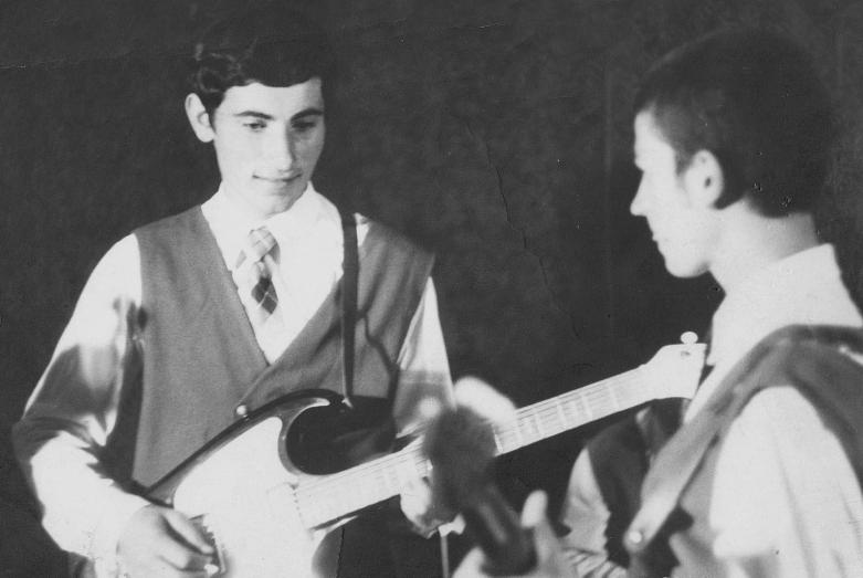 Владимир Чикатуев и Эдуард Хачуков на репетиции школьного ансамбля. Аул Псыж, Карачаево-Черкесия, 1968 год