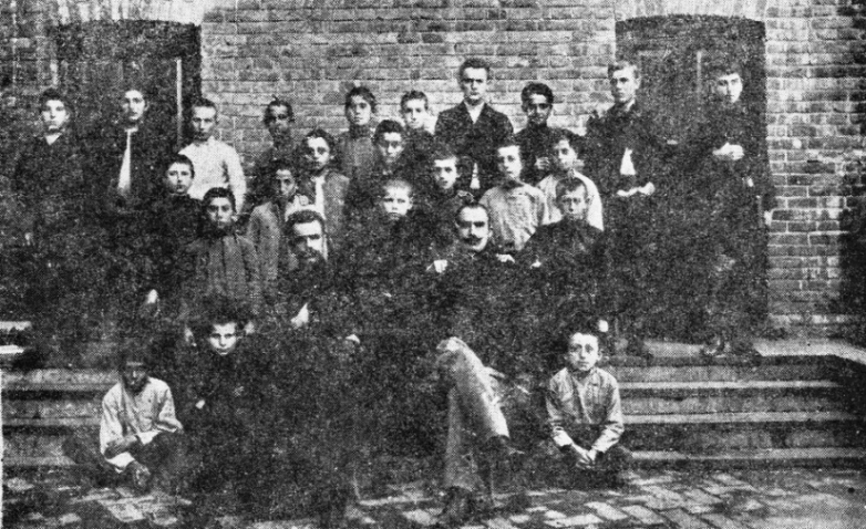 Симон Басария среди учащихся, г. Армавир