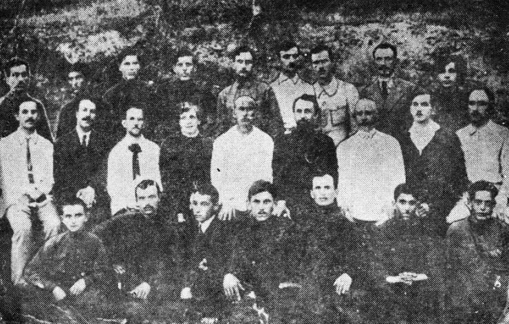 Симон Басария (второй ряд, первый справа) среди педагогов выпусков Сухумского педтехникума, Сухум, 1923 год