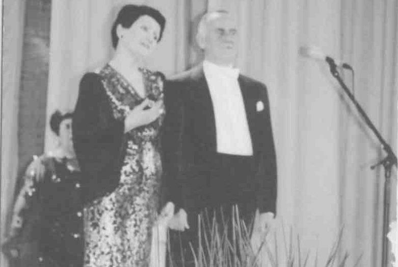 Людмила Логуа и Борис Амичба на сцене филармонии, Сухум, послевоенные годы